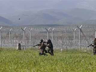 Migrants confront Macedonian border police