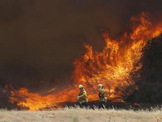 Evacuees return but huge wildfire still raging