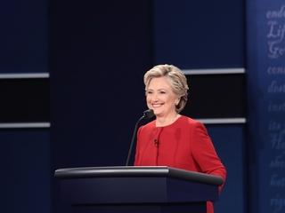 Clinton did NOT wear an earpiece during debate