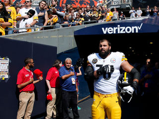 Trump keeps up clash with NFL