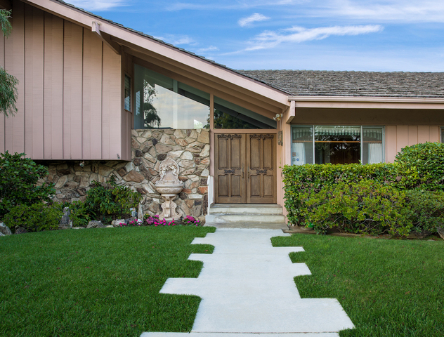 The exterior of the brady bunch house which is located in studio city california and went on the market in july 2018
